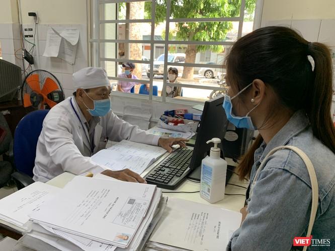 Khám cho bệnh nhân ở Bệnh viện đa khoa Bình Dương
