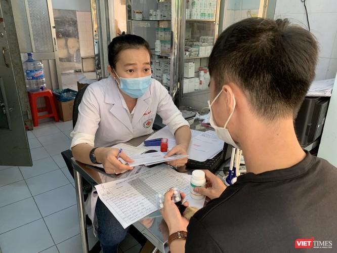 Tư vấn và phát thuốc ARV cho bệnh nhân HIV