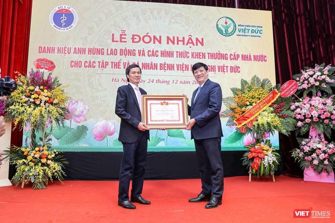 Giám đốc Bệnh viện Việt Đức nhận danh hiệu Anh hùng Lao động vì những cống hiến cho ngành y tế ảnh 9