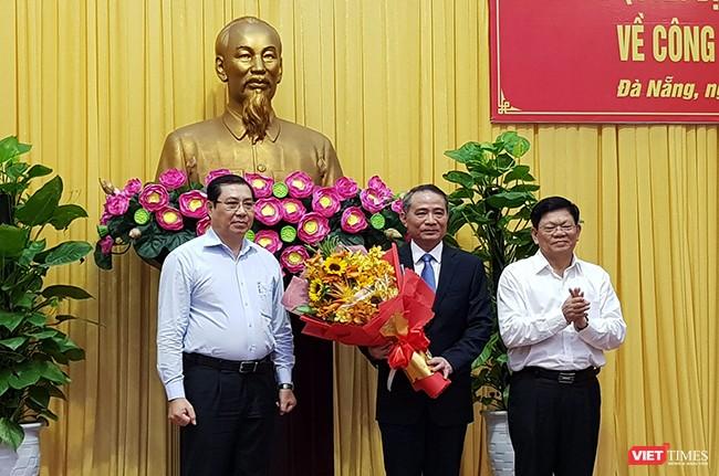 Phó Bí thư thường trực Thành ủy Đà Nẵng Võ Công Trí và Chủ tịch UBND TP Đà Nẵng Huỳnh Đức Thơ tặng hoa cho Tân Bí thư Thành ủy Đà Nẵng Trương Quang Nghĩa