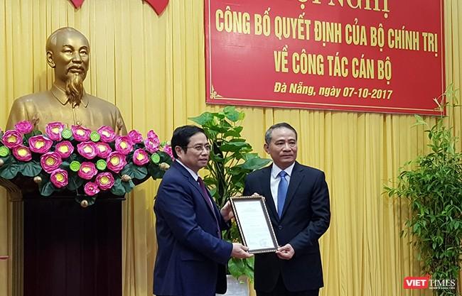 Ông Phạm Minh Chính, Uỷ viên Bộ Chính trị, Bí thư Trung ương Đảng, Trưởng Ban Tổ chức Trung ương trao Quyết định cho ông Trương Quang Nghĩa
