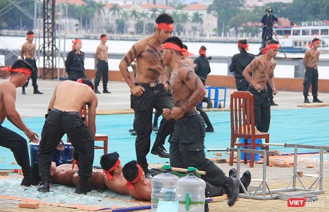 Hơn 2.000 cảnh sát diễn tập chống khủng bố bảo vệ APEC tại Đà Nẵng ảnh 20