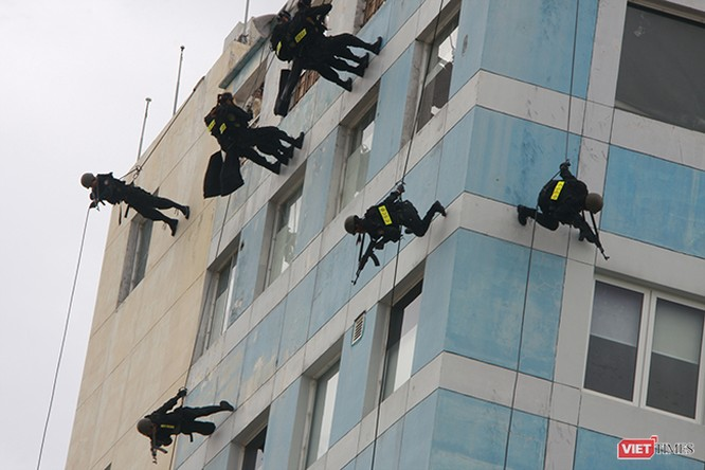 Hơn 2.000 cảnh sát diễn tập chống khủng bố bảo vệ APEC tại Đà Nẵng ảnh 23