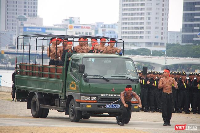 Hơn 2.000 cảnh sát diễn tập chống khủng bố bảo vệ APEC tại Đà Nẵng ảnh 16