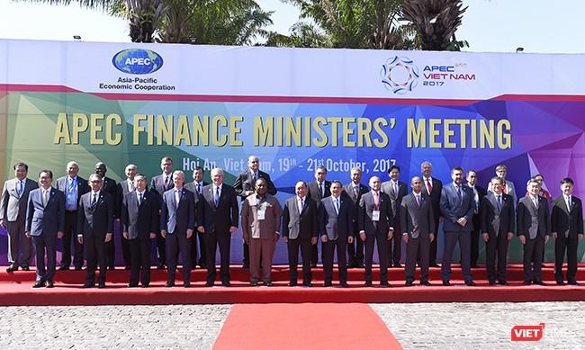 Thủ tướng Nguyễn Xuân Phúc chụp ảnh lưu niệm với các đại biểu tham dự Hội nghị Bộ trưởng tài chính APEC lần thứ 24 được tổ chức tại Hội An (Quảng Nam)