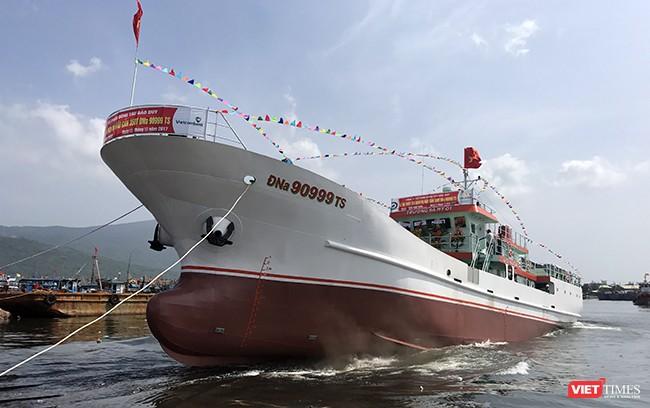 Trưa 25/10, tại âu thuyền Thọ Quang (Đà Nẵng), tàu hậu cần nghề cá vỏ thép mang số hiệu ĐNa 90999TS đã hạ thủy