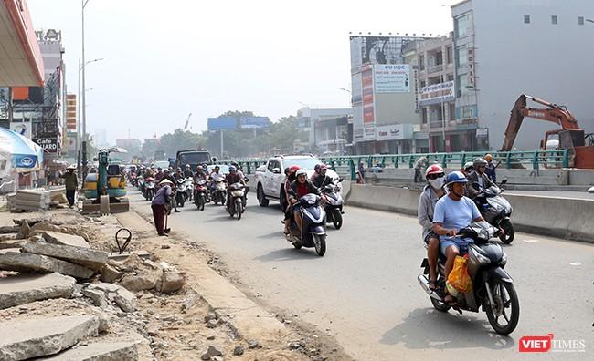 Từ nay đến khi thông xe kỹ thuật, phương tiện lưu thông qua đây vẫn đối mặt với tình trạng ùn tắc do phân luồng giao thông phục vụ thi công