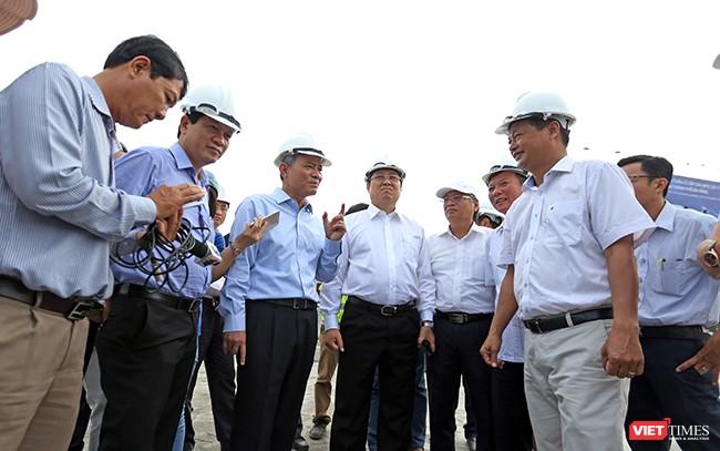 Bí thư Thành ủy Đà Nẵng Trương Quang Nghĩa và Chủ tịch TP Đà Nẵng Huỳnh Đức Thơ động viên các đơn vị thi công công trình Hầm chui nút giao thông Điện Biên Phủ phục vụ APEC và yêu cầu thi công về đích đúng mốc thời gian đặt ra
