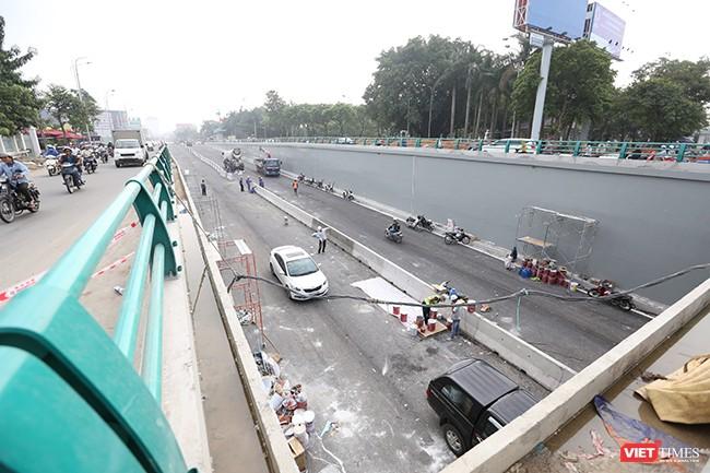 Phía đông nút giao thông đang tiến hành công tác hoàn thiện, lắp đặt dãi phân cách