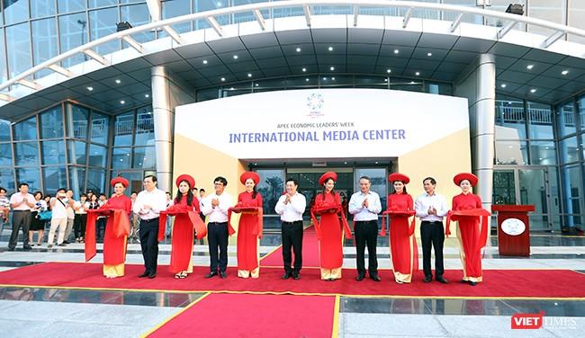 Lế cắt băng khánh thành Trung tâm báo chí Quốc tế APEC