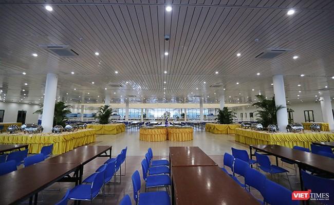 Tầng 2 gồm khu ăn uống, phòng họp, phòng Ban Giám đốc, phòng Ban Thư ký, phòng y tế, khu điều hành,...