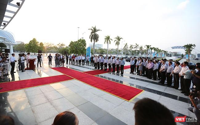 Phó Thủ tướng, Bộ trưởng Bộ Ngoại giao Phạm Bình Minh cùng lãnh đạo các Bộ ngành TƯ và lãnh đạo TP. Đà Nẵng đã cắt băng khai trương Trung tâm Báo chí Quốc tế APEC 2017
