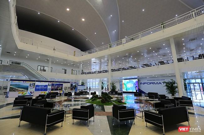 Tầng 1 Tầng 1 khu nhà A có 67 phòng dành riêng cho các hãng thông tấn quốc tế, đầy đủ trang thiết bị và đường truyền internet băng thông rộng, sảnh đón tiếp, phòng an ninh