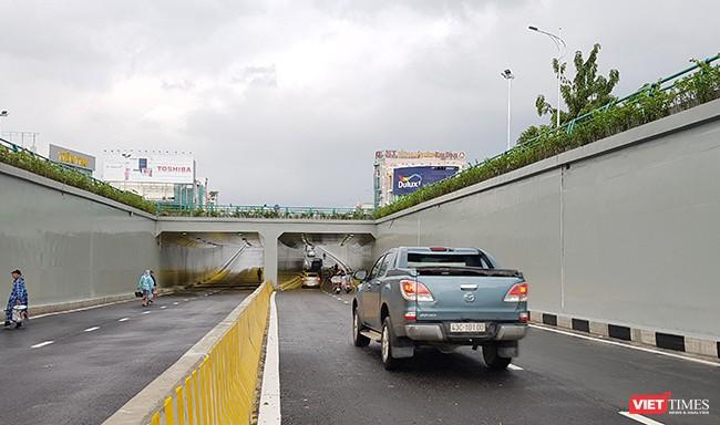 Dòng phương tiện đầu tiên đi qua hầm chui Điện Biên Phủ