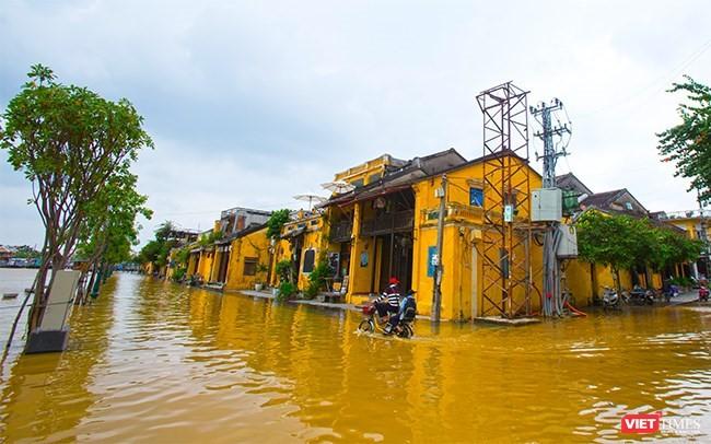 Tại Hội An, từ hôm qua, nước sông đã lên qua đường Bạch Đằng và tiếp tục dâng cao