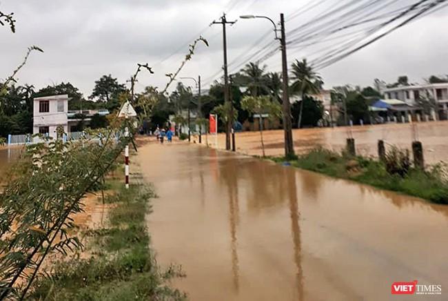 Tại Đà Nẵng, mưa lũ đã nhấn chìm 4.345 hộ dân trên địa bàn huyện Hòa Vang, quận Cẩm Lệ, các vùng rau bị thiệt hại tổng cộng 45ha và nhiều diện tích nuôi trồng thủy sản