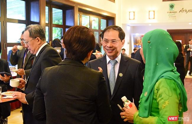 Thứ trưởng thường trực Bộ Ngoại giao Bùi Thanh Sơn, Chủ tịch SOM APEC Việt Nam trao đổi cùng các đại biểu bên lề Hội nghị