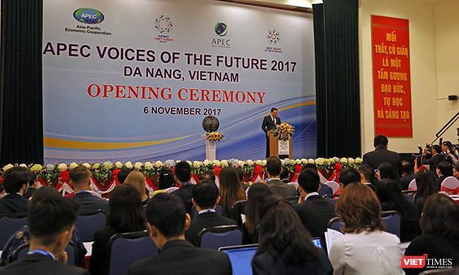 """Sáng 6/11, Diễn đàn Tiếng nói tương lai APEC 2017 đã chính thức được khai mạc tại Đại học Đà Nẵngvới chủ đề """"Tạo động lực mới, cùng vun đắp tương lai chung""""."""