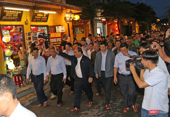 Thủ tướng Nguyễn Xuân Phúc đi thị sát trong phố cổ Hội An