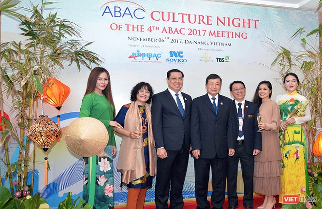 ông Hoàng Anh Dũng chủ tịch APEC, ông Huỳnh Đức Thơ, Chủ tịch Ủy Ban Nhân Dân TP Đà Nẵng và các quan chức cấp cao tham gia bữa tiệc đầy ấn tượng