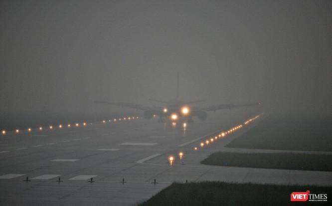"""Đúng 12h30, trưa ngày 8/11, máy bay siêu vận tải C17 của quân đội Hoa Kỳ mang số hiệu RCH290 đã mang """"quái thú"""" Cadilac One của Tổng thống Mỹ đến Đà Nẵng."""
