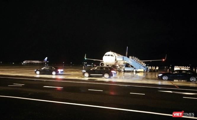 Sau khi rời chuyên cơ, đoàn xe hộ tống Tổng thống Philippines Rodrigo Duterte nhanh chóng rời sân bay