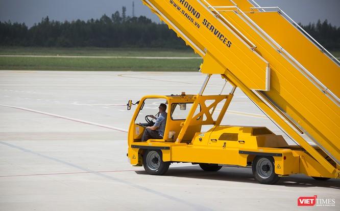 Điểm khác biệt của đón chuyên cơ Tổng thống Mỹ là xe thang do đặc vụ Mỹ điều khiển chứ không phải nhân viên sân bay như phục vụ các chuyên cơ khác