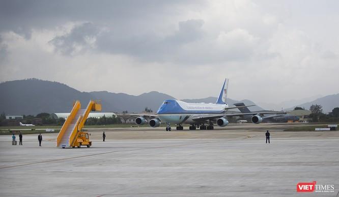 Chiếc chuyên cơ Air Force One của Tổng thống Mỹ di chuyển vào sân đỗ không giống ai