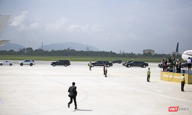 Lúc này, đoàn xe hộ tống Tổng thống bắt đầu di chuyển đến khu vực chân cầu thang