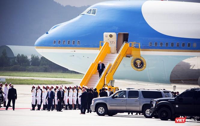 Một điều khác biệt là cầu thang không hề có thảm đỏ như cầu thang khác đã dùng để đón các lãnh đạo khác