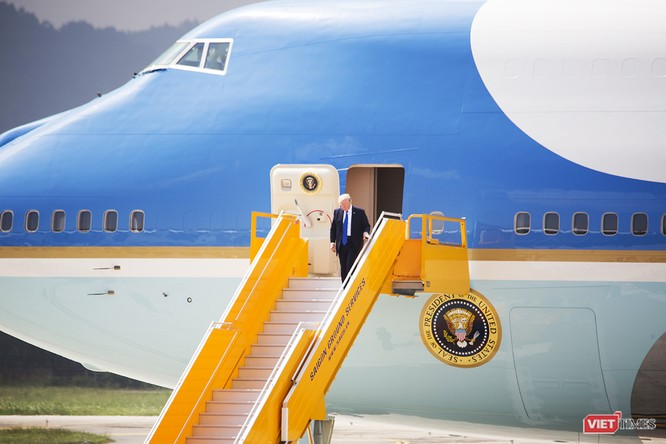 Đến lúc này thì Tổng thống Mỹ Donald Trump mới xuất hiện, và thay vì đi giữa cầu thang như các lãnh đạo khác, ông chọn lan can bên trái để di chuyển xuống