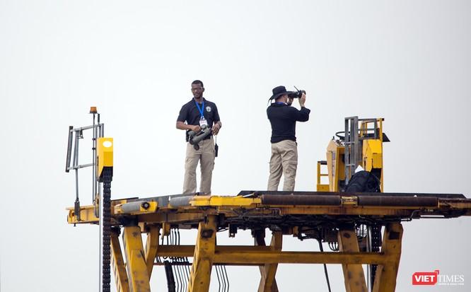 Trên điểm cao, nhóm đặc vụ vẫn làm nhiệm vụ quan sát