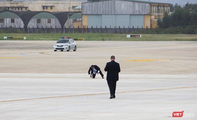Trước khi chuyên cơ của Tổng thống Mỹ Donald Trump hạ cánh, một nhóm đặc vụ tiến hành đo, kiểm tra sân đỗ rất kỹ lưỡng
