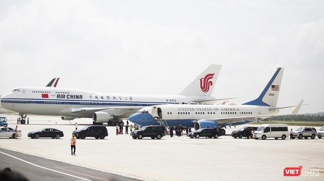 Trước khi chuyên cơ của Tổng thống Mỹ Donald Trump hạ cánh, một chuyện cơ khác cũng đã đáp trước với đoàn xe đón giống như đón Tổng thống
