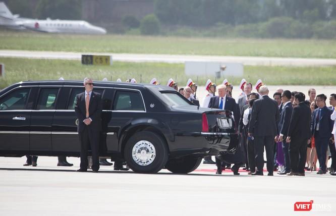 Vẫn giữ nguyên vị trí cho đến khi Tổng thống di chuyển vào bên trong