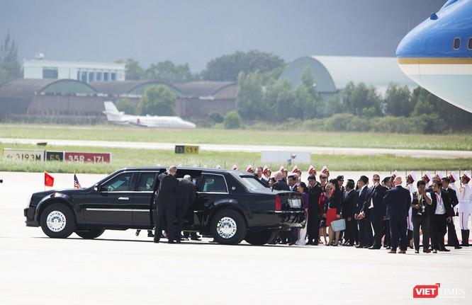 Một đặc vụ lên xe cùng đi với Tổng thống