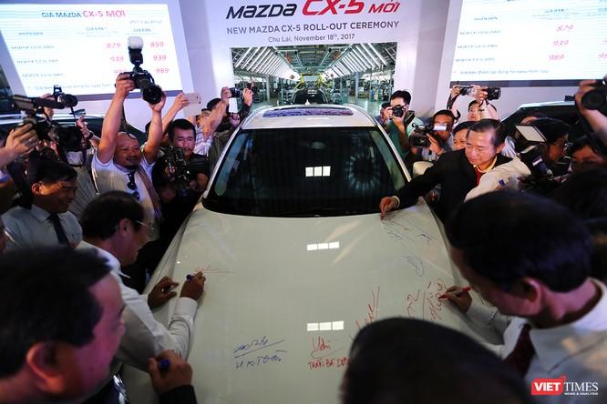 Đại biểu tham dự lễ xuất xưởng ký tên lên chiến Mazda CX-5 hoàn toàn mới