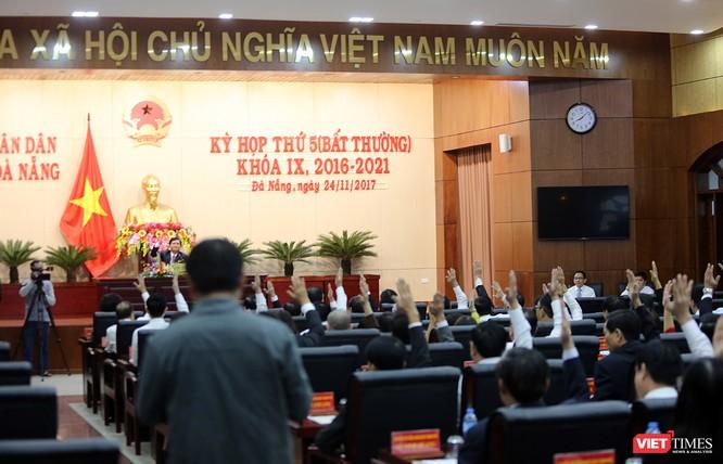 Các đại biểu HĐND biểu quyết thông qua Tờ trình bãi nhiệm chức danh CHủ tich