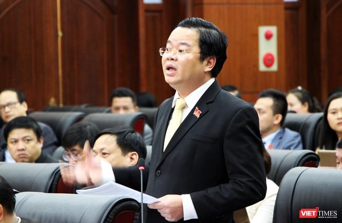 Đại biểu Lê Minh Trung cho rằng, chủ trương miễn phí không chỉ là việc phí hay giá mà phải xem đó là chủ trương có tầm cao hơn, đó là chủ trương được lòng dân. Và cần được duy trì