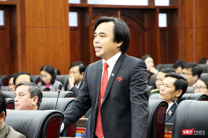 """đại biểu Tô Văn Hùng cho rằng, cần có báo cáo tác động xã hội đối với chính sách một cách bài bản. Trên cơ sở đó mới quyết định bỏ hay không bỏ. """"Đề nghị giao cho một ban của HĐND TP thực hiện tham vấn nhân dân về việc này để có cơ sở mang ra quyết định trong kỳ họp sau"""