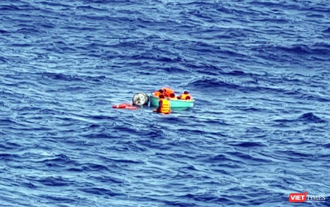 Tàu chìm, các ngư dân bám víu vào thúng chai và trôi dạt trên biển