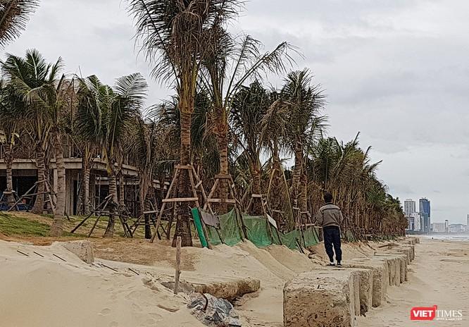 Theo quy hoạch, các dự án ven biển phải cách bãi cát phục vụ công cộng 50m nhưng dự án The Song đã lấn ra khỏi phạm vi dự án 17m và xây dựng kè chắn sóng bằng bê tông.