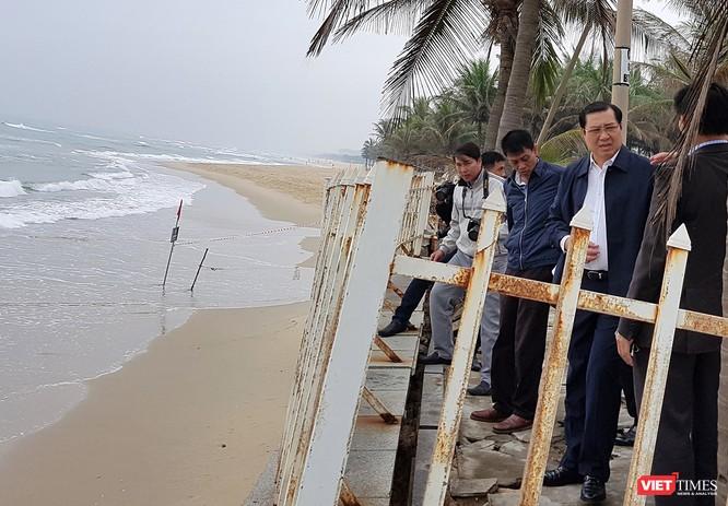 Trưa 19/1, Chủ tịch UBND TP Đà Nẵng Huỳnh Đức Thơ, cùng lãnh đạo TP và các sở ngành địa phương đã đi kiểm tra tình trạng xâm thực bờ biển tại khu vực bãi biển Mỹ Khê-Sao Biển.