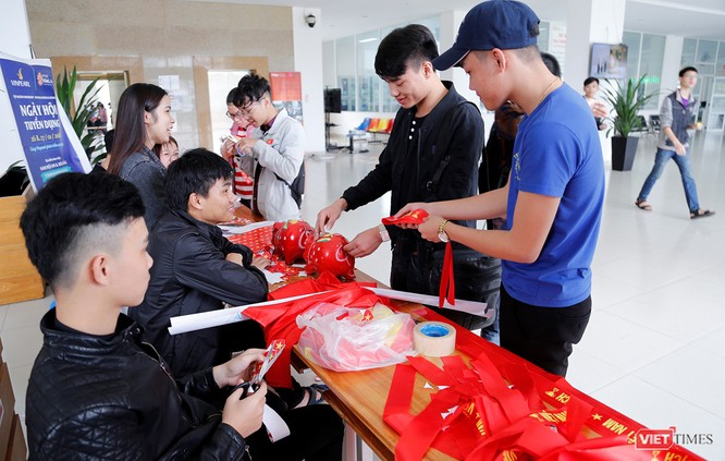 Sinh viên ĐH Đông Á tổ chức bán băng rôn gây quỹ giúp bạn về quê