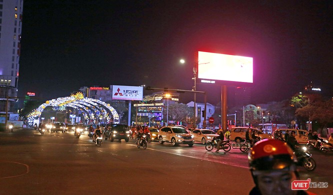 Ảnh: Người dân Đà Nẵng đổ ra đường du xuân đêm 30 Tết ảnh 11
