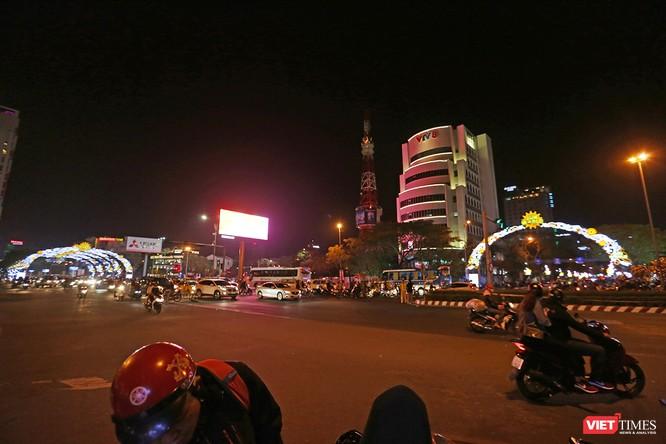 Ảnh: Người dân Đà Nẵng đổ ra đường du xuân đêm 30 Tết ảnh 12