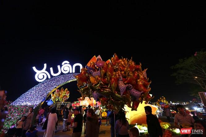 Ảnh: Người dân Đà Nẵng đổ ra đường du xuân đêm 30 Tết ảnh 13