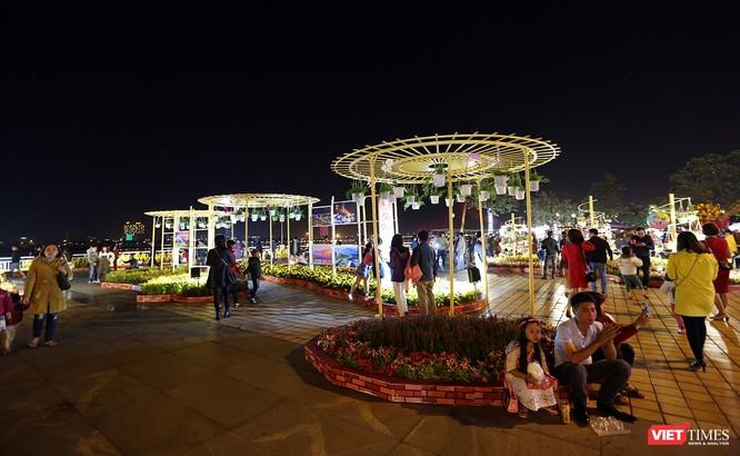 Ảnh: Người dân Đà Nẵng đổ ra đường du xuân đêm 30 Tết ảnh 14