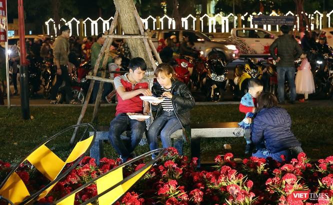 Ảnh: Người dân Đà Nẵng đổ ra đường du xuân đêm 30 Tết ảnh 15