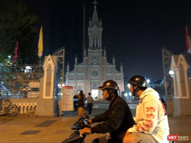 Ảnh: Người dân Đà Nẵng đổ ra đường du xuân đêm 30 Tết ảnh 16